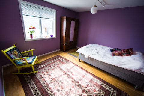 The Purple Room: Double bed, booking of hotel rom in Reine